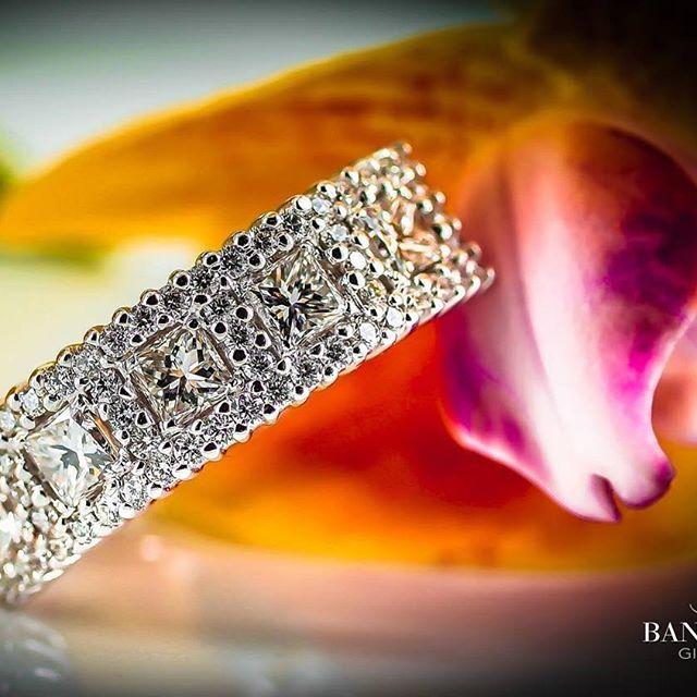 """""""Ah che bella sensazione toccare un diamante! È come stringere un pezzo di luna."""" (Anna Magnani)   #gioielleria #gioielleriabanchetti #rimini #centrostorico #diamante #diamanti #oro #argento #pietrepreziose #collezioniesclusive #jewelry #jewellery #jewels #jewerlydesign #collane #anelli #orecchini #preziosi #lux #luxury #gold #collection #exclusivejewelry"""