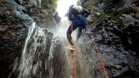 descente en rappel dans une cascade d'eau chaude naturelle