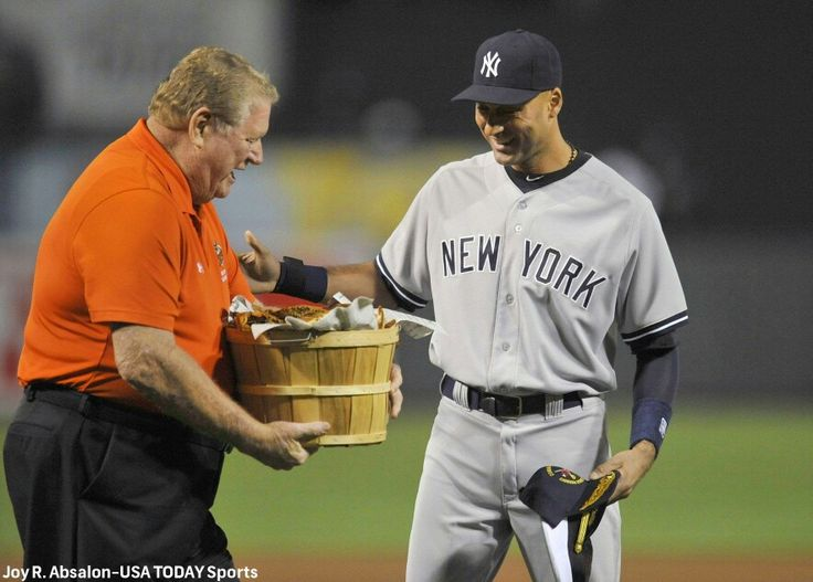 Baltimore Orioles gives Derek Jeter a bushel of crabs for one of his farewell tour gifts
