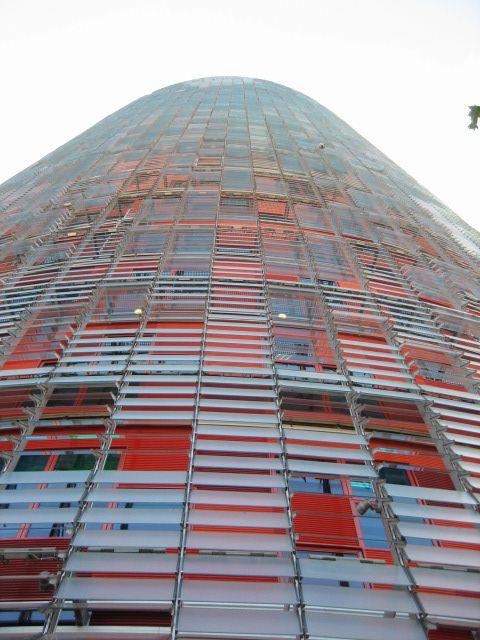 Het nieuwe hoofdkantoor van de Aguas de Barcelona (Agbar), het gemeentelijke waterbedrijf, telt 34 verdiepingen en bereikt een hoogte van 142 meter.