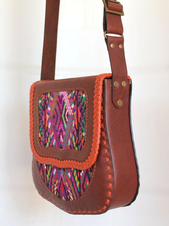 Bolso de LA CHAPINA con los tradicionales textiles de Guatmealan: ha sido delicadamente hechos a mano con la mejor calidad de materiales. El tejido Maya (conocido como un huipil; que se utiliza tradicionalmente como una blusa de las mujeres) ha sido tradicionalmente tejidas a mano en