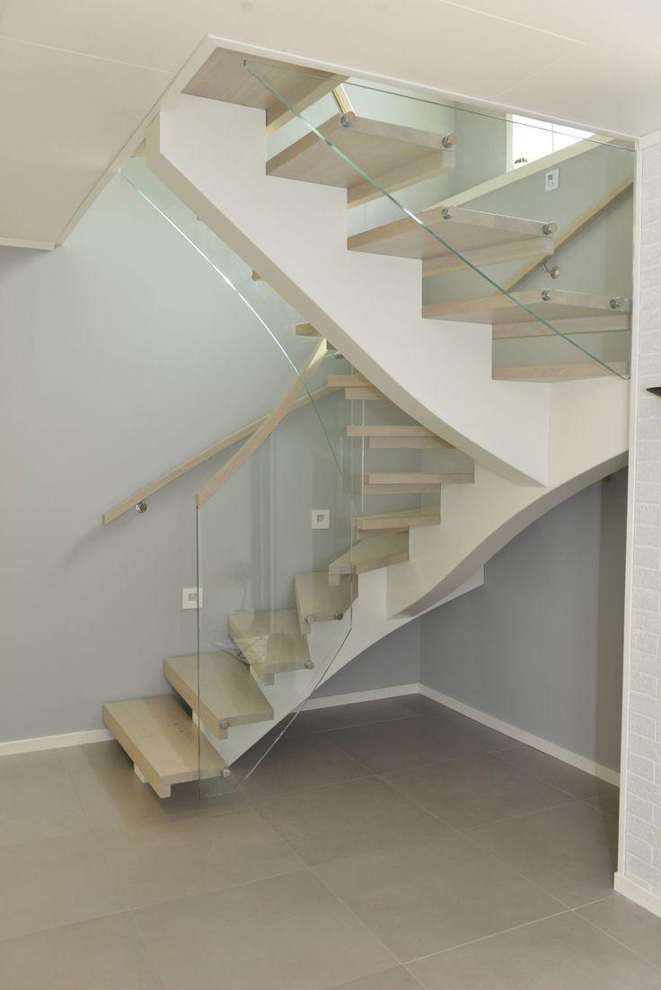 MELBY Vilje //  180 grader svingtrapp med midtstilt vange. Åpne trinn uten trappenese.