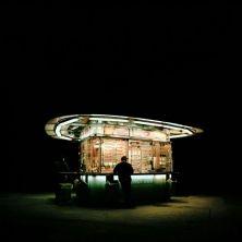 Stefan Fürtbauer, fotografo austriaco classe 1976, ha puntato il suo obiettivo su una delle icone della cultura pop viennese, i würstelstand, i chioschi che notte tempo elargiscono wurstel, veri e propri rifugi di approvvigionamento alimentare per avventori insonni. Introdotti nel 1870 per garantire una possibilità di reddito ai veterani di guerra, i baracchini si imposero nel giro di poco come luogo di incontro tra la working class e l'alta società. Con l'avanzata delle catene di fast food…