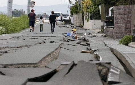 Los rescatistas encontraron el cuerpo de una mujer sepultado por un deslave, lo que elevó a 45 la cifra de muertos por los temblores