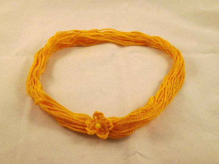 Collana/braccialetto gialla fatta all'uncinetto