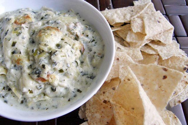 Entradas o aperitivos a la parrilla para abrir el apetito de tu familia. Desde dips de queso, alitas de pollo, guacamole a la parrilla y bruschettas.