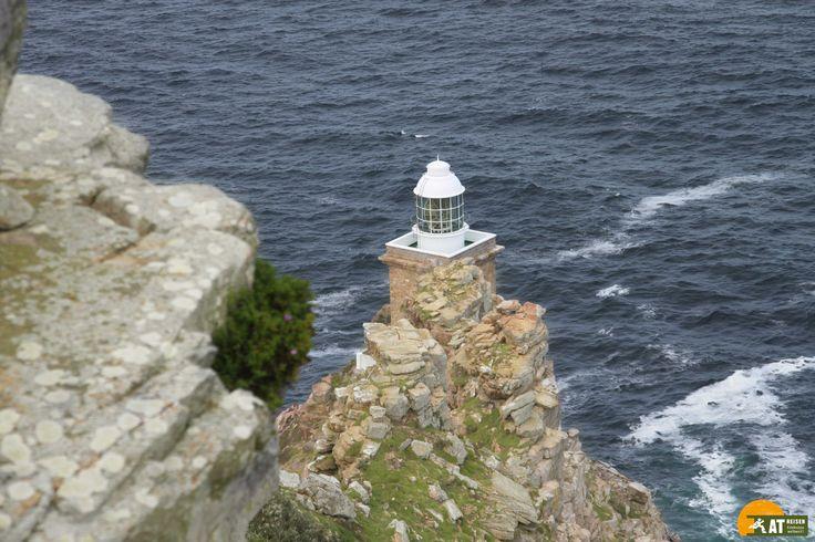 Das #KapderGutenHoffnung liegt am südwestlichsten Ende Afrikas und ist seit jeher ein magischer Ort. Das hohe und steile Kliff mit seinem vorgelagerten Felsstrand liegt am Südende der Kap-Halbinsel.