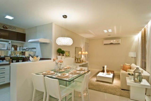 Cozinha integrada com mesa de jantar em apartamento pequeno
