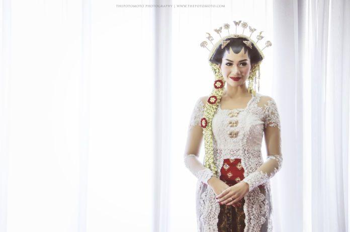 Javanese wedding dress | Tiara Miki Wedding by Thepotomoto Photography | http://www.bridestory.com/thepotomoto-photography/projects/tiara-miki-wedding