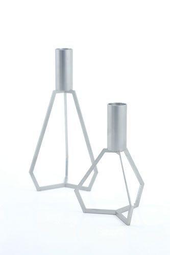 Morfo :: TRIPOD small/large RUSTFRI. Lækre og enkle stager med mat stål overflade. Stagerne er fremstillet i rustfrit stål, der efterfølgende er børstet. De rene linier og det enkle design gør dem meget anvendelige.