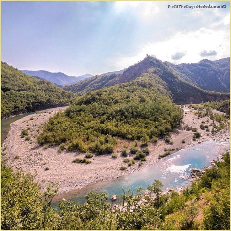 """""""La più bella valle del #Mondo""""… La #PicOfTheDay #turismoER di oggi si rinfresca sulla spiaggia di #Brugnello, nella Valle del fiume #Trebbia  Complimenti e grazie a @fededaimonti / """"The most beautiful valley in the #World"""" ... Today's #PicOfTheDay #turismoER cools down on the beach of Brugnello, in the #Valley of the #Trebbia River.  Congratulations and thanks @fededaimonti"""