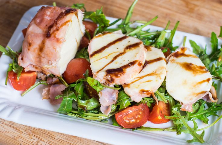 Knusprig gebratener Mozzarella auf Rucola-Tomaten-Salat