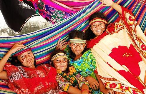 Indigenas Wayuu - Guajira Las niñas, al empezar a menstruar, son sometidas a un período de reclusión, tiempo durante el cual son rapadas e instruidas en labores típicas de la mujer, como tejer y cocinar. Al cabo de un tiempo, se determina que están aptas para casarse.