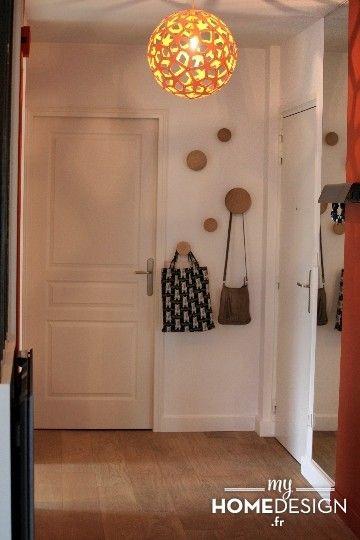 Côté entrée :Grâce à l'ouverture sur le salon et la dépose de la porte de la cuisine, l'entrée gagne en luminosité. Des bandes de couleurs ...