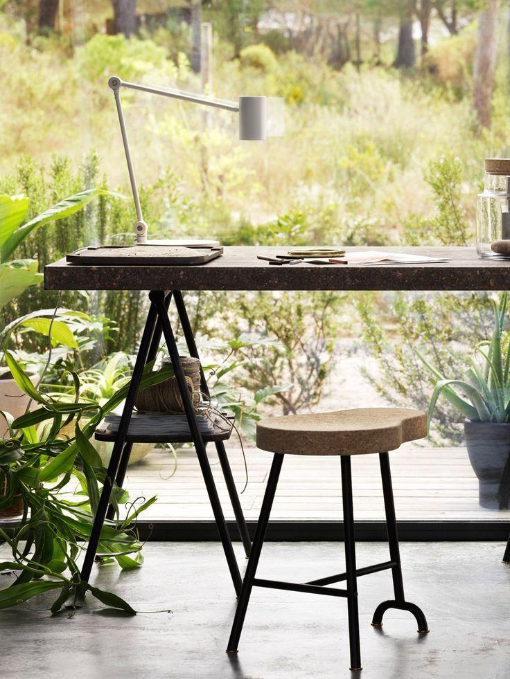 Hier lässt es sich arbeiten! Die SINNERLIG Kollektion umfasst Möbel und Deko rund um die Bereiche Essen, Arbeiten und Entspannen. Die Tischplatte kostet rund 120 Euro, die Tischböcke je ca. 30 Euro und der Hocker kann für ca. 80 Euro bei euch einziehen.