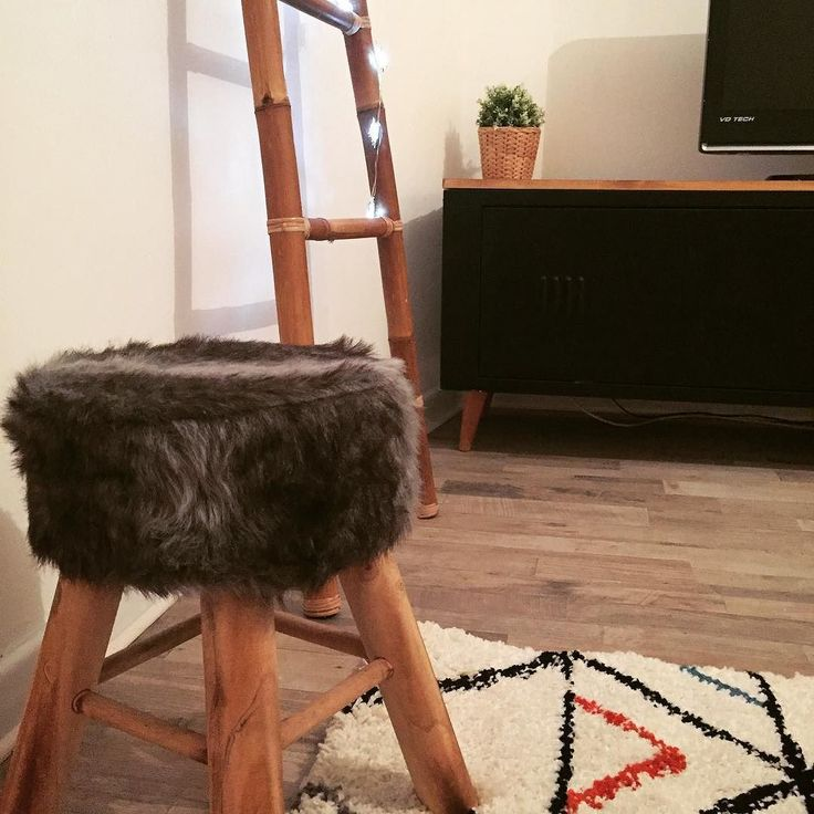 Cozy  #home #cozy #chill #rodez #france #love #couple #tabouret #moumoute #diy #homemade #tapis #mood #cozynight #monday