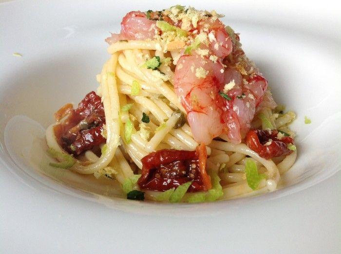 Spaghetti con acciughe e pomodori secchi di Pachino, battuto di gamberi rossi di Sicilia e mollica tostata alle erbe