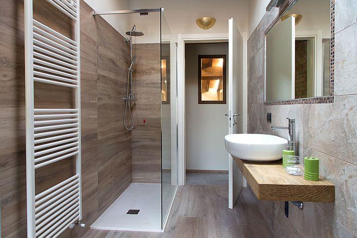 Bagno moderno con ampia doccia in cristallo