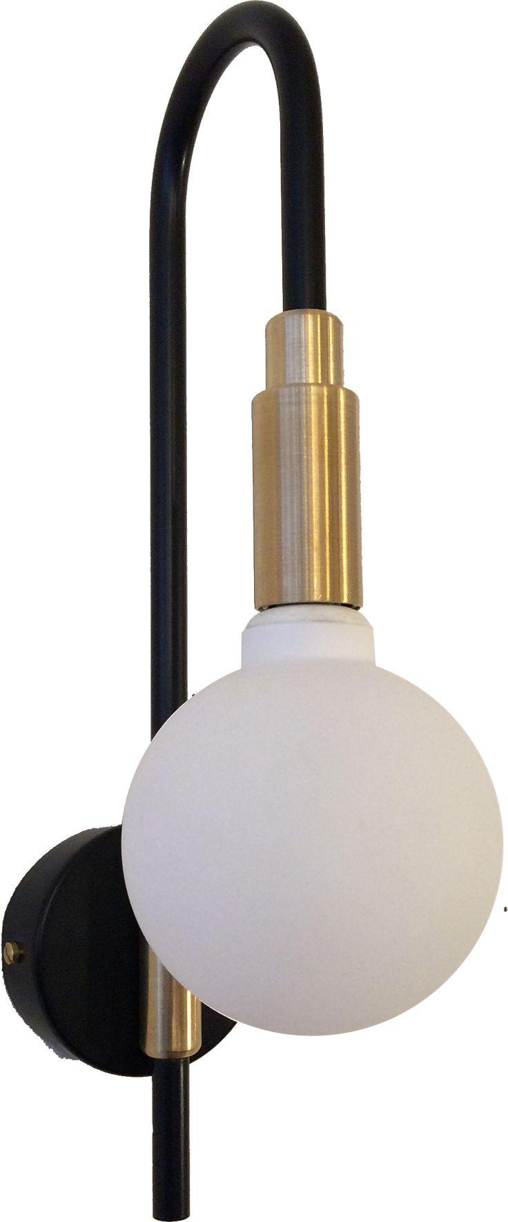 Acier cintré, laqué noir. Cache douille en laiton massif. Éclairage par un globe en verre blanc mat renfermant une ampoule g9 halogène de 40 ou 60 W.