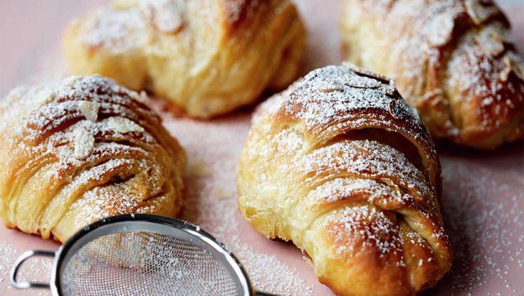 Croissanter er ikke så svære at bage selv. Processen kræver lidt tålmodighed, men jublen, når du sætter de små duftende, knasende, fristende franskmænd på bordet, vil ingen ende tage. Her får du opskriften på de lækreste hjemmelavede croissanter