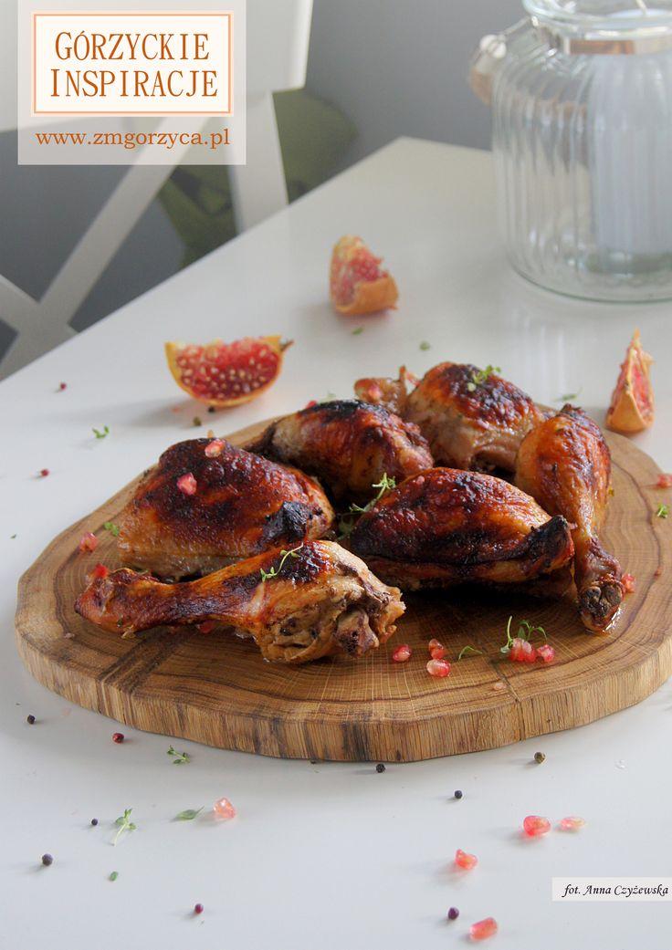 Słodkawo pikantny kurczak pieczony w miodzie z odrobiną papryczki ostrej, cynamonu, gałki muszkatołowej i soku z pomarańczy podany z pestkami granatu http://www.zmgorzyca.pl/index.php/pl/kulinarny/przyjecia/396-kurczak-w-granacie-4