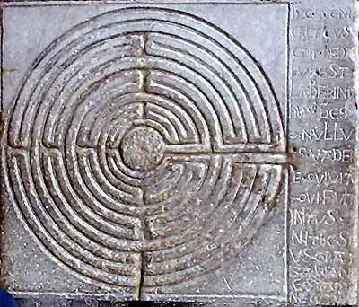 Lucca - Portico della Catedrale di San Martino - Labirinto inciso su una lesena di epoca romanica
