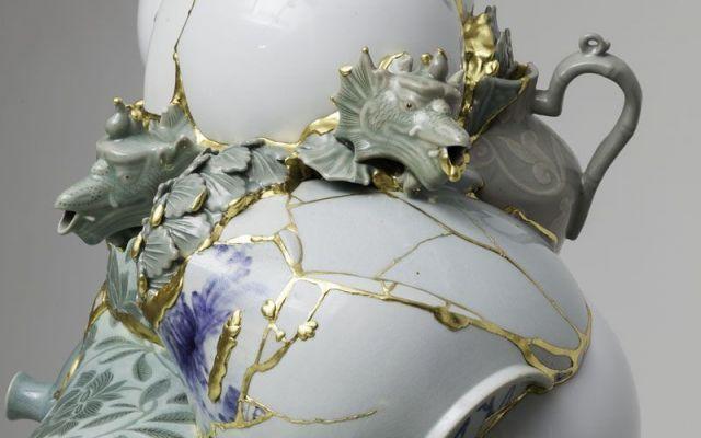 """Yeesookyung incolla con pazienza i frammenti delle porcellane andate in frantumi per farne delle eleganti scullture L'artista coreana Yeesookyung, nella sua serie di opere """"Translated vase"""" dà prova di virtuosismo e pazienza. Infatti, Yeesookyung, raccoglie frammenti di vasellame in porcellana decorata. Oggetti di #arte #scultura #ceramica #porcellana"""