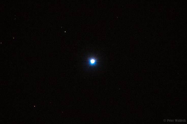 Alkaid  Physikalische Daten: Sternbild Großer Bär Entfernung 103,94  Lj Alkaid bildet die Spitze der Deichsel des Großen Wagens. Anders als die meisten anderen Sterne des Großen Wagens gehört er nicht zur Ursa-Major-Gruppe (Bärengruppe). Er ist ein etwa 100 Lichtjahre entfernter Stern des Spektraltyps B3