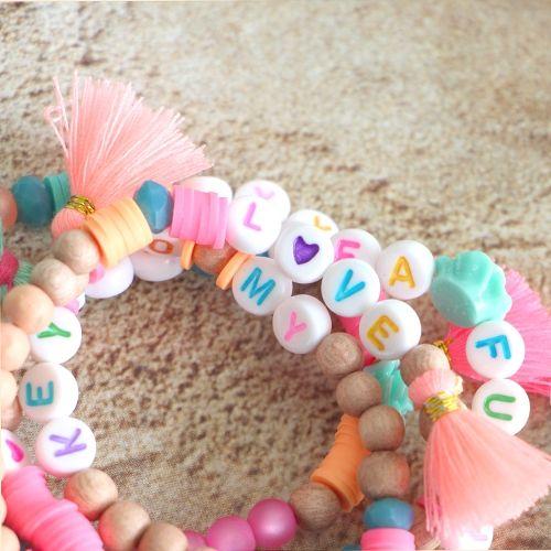 Mach fröhliche Armbänder mit farbigen Buchstabenperlen