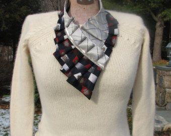 Weihnachtsstern.  Seide Krawatte Zubehör / Halsbänder sind von mir handgefertigt.  Ich mache diese einzigartige, Unikat Perlentraum Halsketten aus Jahrgang Seiden Krawatten. Krawatten werden sehr sorgfältig ausgewählt, von Farbe und Muster erstellen das beste Tandem und ergänzen sich gegenseitig. Infolgedessen kann ich Ihnen versichern - es werden keine zwei Ketten gleichermaßen. Jeder ist einzigartig.  Die Ketten sind sehr leicht zu tragen. Zwei Verschlüsse halten sie sicher in Position…