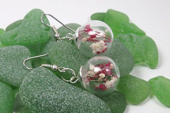 Pendientes largos esfera de cristal con flores secas. Pendientes colgantes esfera. Pendientes para mujer por LasCositasdeLidia