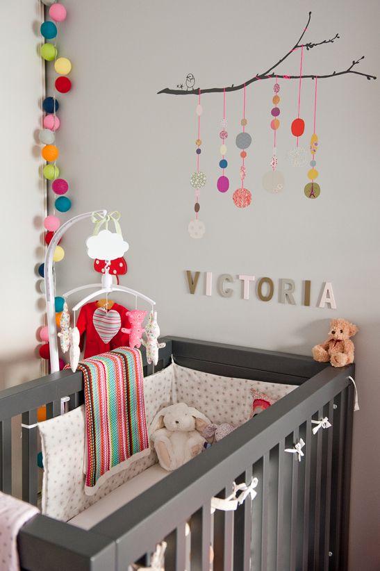 idée chambre d'enfant : guirelande et la branche dessus de lit