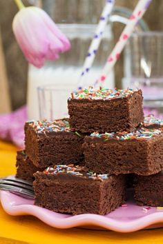 Der schokoladige Buttermilchkuchen ist einfach gemacht und schnell im Ofen. Mit bunten Streuseln ist der Blechkuchen bestens für Kindergeburtstage geeignet.