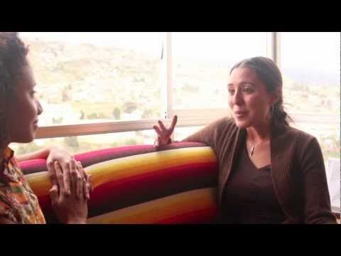 Amal Ben Ameur, volontaire du programme Uniterra en Bolivie, nous partage dans ce vidéo son expérience en tant que conseillère en santé interculturelle au sein du projet Un Aguayo para un parto sin riesgo, un projet de santé maternelle et infantile mis en œuvre dans la région de Oruro, une des régions où le taux de mortalité maternelle et infantile est le plus élevé du pays.