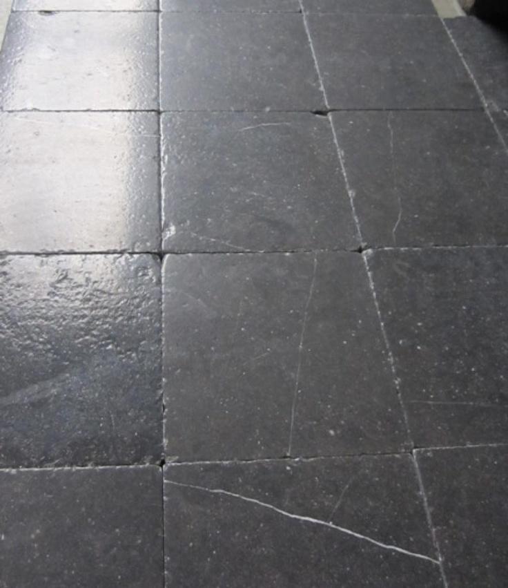 Belgisch hardsteen voor op de vloer van de hal, toilet en badkamer