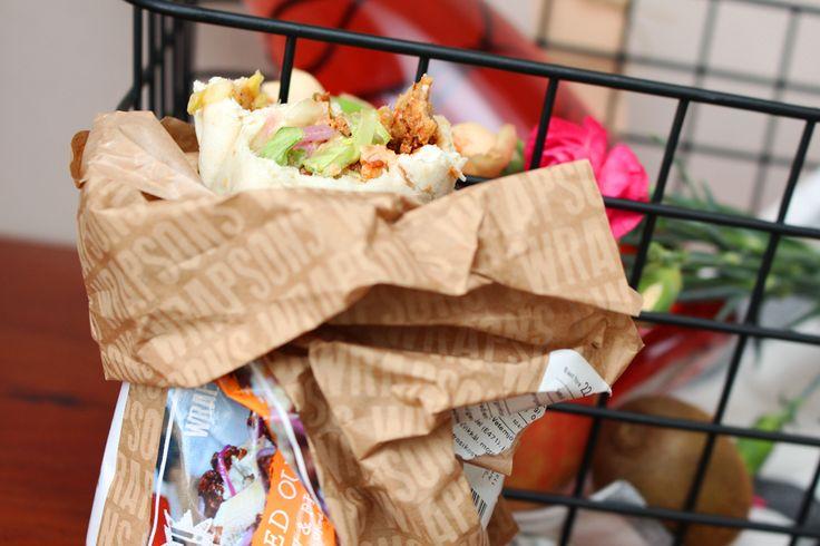 vegansk wrap. Wrapen innehåller i alla fall Pulled Oumph, BBQ-sås, picklad rödlök, coleslaw och lite annan sallad.