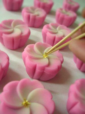 Japanese sweets 五鈴桜   #japanesesweets #wedding #jevel #jevelwedding #jevelweddingplanning www.jevelweddingplanning.com Follow us: Facebook.com/jevelweddingplanning/ Twitter: @jevelwedding