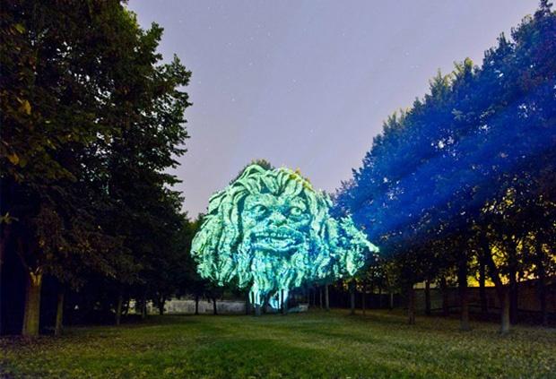 D'effrayantes gargouilles projetées sur les arbres de Saint Cloud |