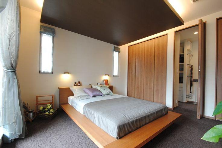 五条展示場主寝室:下がり天井に組み込んだ間接照明が、落ち着いた雰囲気を醸し出す主寝室。ウォークインクローゼット付きで収納もしっかりできます。