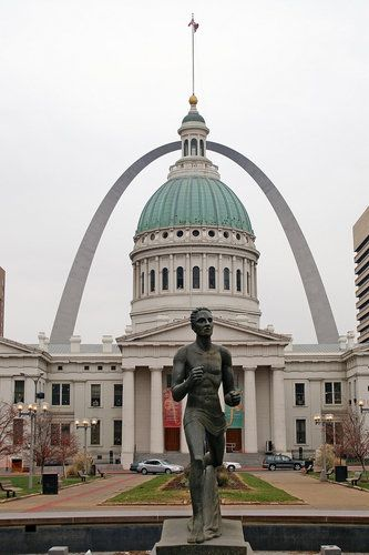 Old Courthouse & Gateway Arch in St Louis, Missouri