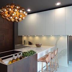 Cocinas de estilo moderno de PTC Kitchens