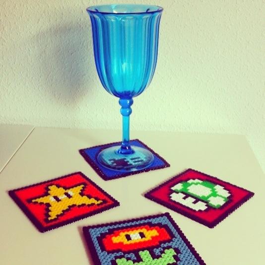 Portavasos de Mario Bros #geek #gikvanna #geekhunting #hamabeads