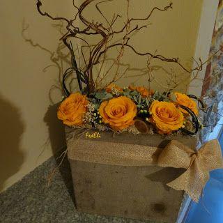 Composizione di fiori stabilizzati nei toni del giallo ocra.