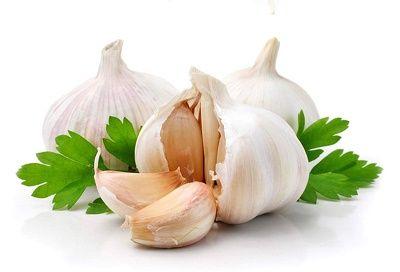 8 aliments pour se nettoyer le foie de façon naturelle - Santé Nutrition L'ail Il contient de nombreux composés organo-sulfurés, dont l'allicine et le sélénium, deux puissants nutriments dont il a été démontré qu'ils aident à protéger le foie des dégâts liés aux toxines, et à activer les enzymes hépatiques responsables de l'extraction des toxines de notre corps.