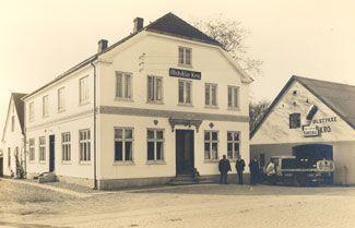 Foto ca. 1939,Ølstykke LokalarkivNavnet Ølstykke Kro dækker overto forskellige kroer. Den ældste fra 1880-1960 lå i Ølstykke Stationsby. Den nuværende Ølstykke Kro ligger i Gammel Ølstykke, se >Ølstykke Kro (ny)