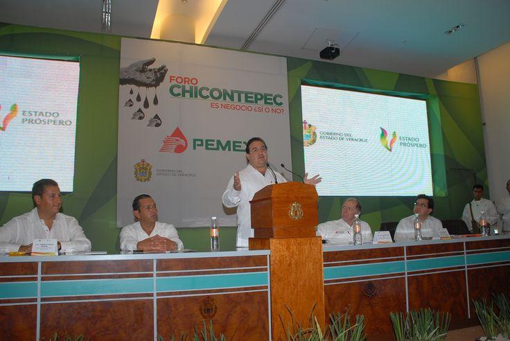 Javier Duarte de Ochoa reiteró el respaldo de su administración a todos los esfuerzos para que Pemex se mantenga como empresa emblemática y su riqueza se refleje en una mejor calidad de vida de los veracruzanos y de todos los mexicanos.