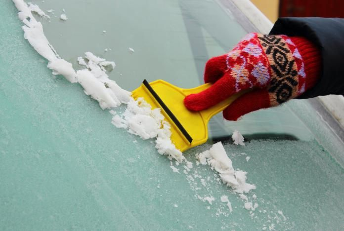 Water met ontsmettingsalcohol voor bevroren autoruiten