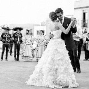 baile con el mariachi, my wedding a little like this. Ay te amó el pricipio del mariachi.