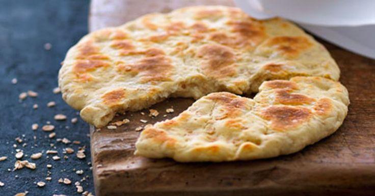 Et skønt groft brød, der bages i en pande uden fedtstof. Der er tykmælk i dejen, og det giver brødet både fugtighed og elasticitet.