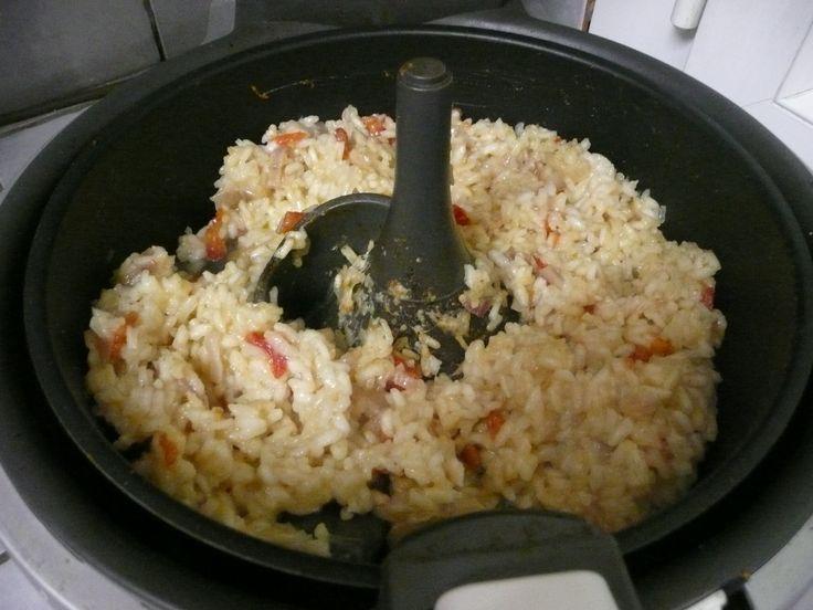 Ce rizotto est parfait! et vous pourrez lui amener des variantes...cette cuisson à l'actifry m'a bluffée! je doutais, mais je suis conquise... recette: 200g de riz arborio ou riz rond 40g de parmesan râpé 1 belle ou 2 petites tomates coupées en dés 4cuillères...
